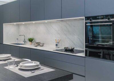 showroom-cocinas-gris